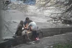 На улице пара трахается а подруга за ними наблюдает mp4