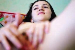 Нравится смотреть как жена ласкает свой большой клитор mp4