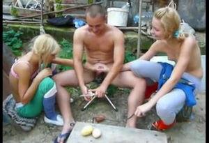 Парень чистит картошку а девушки дрочат ему член