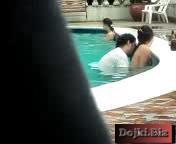 Парочка трахается в бассейне отеля
