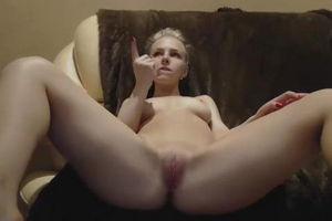 Перед парнем мастурбирует и пихает в киску пальчики mp4