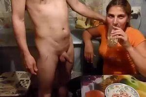 Подруга жены приехала в гости на кухне бухают и трахаются mp4