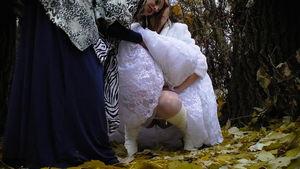 Подруги помогают невесте пописать mp4