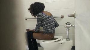 Подсмотр в туалете за темнокожей студенткой mp4