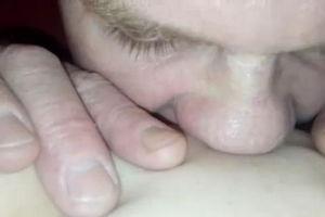 Полизал жене киску и пальцы суёт ей в очко mp4