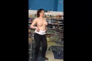 Пьяная дурочка в магазине устроила сексуальное шоу mp4