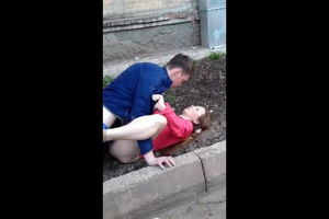 Пьяная пара трахается прямо возле дома на газоне mp4
