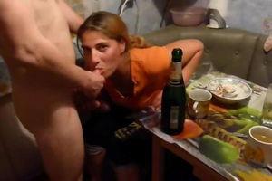 Пьяная подруга жены сосёт член её мужу за столом mp4