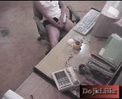 Секретарша мастурбирует перед камерой наблюдения