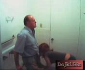 Секретарша отсосала боссу в туалете