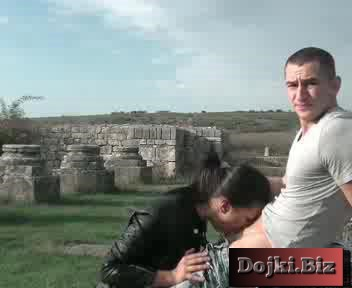 Секс с брюнеткой на исторических руинах 3gp