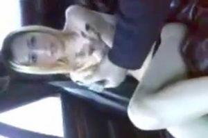 Симпатичная азиатка минетчица сосёт в машине и не хочет сниматься