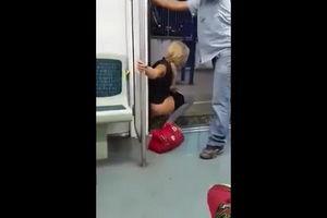 Случай когда девушка сильно хочет писать а едет в метро mp4