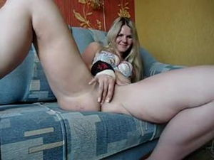 Трусики спустила на диване мастурбирует mp4