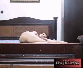Турок снимает свою голую молодую жену на кровати 3gp