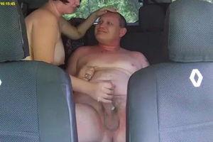 В машине любовница делает минет и не знает что снимает скрытая камера mp4