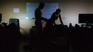 Вечером в офисе секретарша ублажает начальника mp4