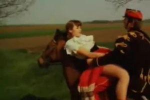 Всадник на коне скачет и трахает девушку mp4