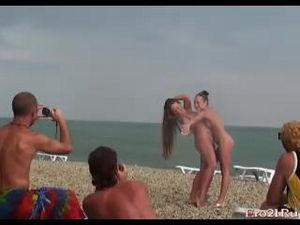 Все мужики на пляже позбигались посмотреть на голых русских девушек
