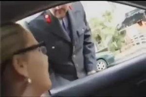 Женщина в машине вместо документов показала патрульному грудь mp4