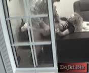 Засвет через окно Босс трахает секретаршу в офисе 3gp