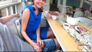 Скрытые ласки перед посторонними на свидании с девушкой в кафе