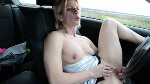 Сука в машине теребит себе пизду mp4