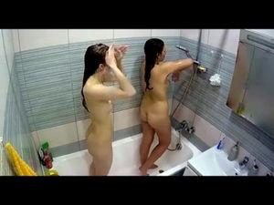 Близкие подруги вместе моются в ванной mp4
