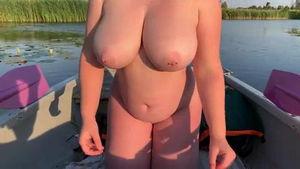 Прогуливаясь в лодке занялись сексом mp4