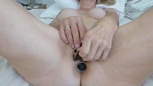 Молния пришита на половых губах распутной зрелки mp4