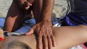 На пляже мужики дрочат на голую женщину и кончают mp4