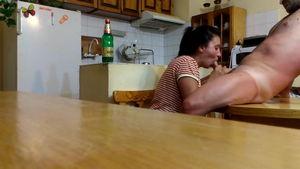 Голому мужу на кухне сделала минет mp4