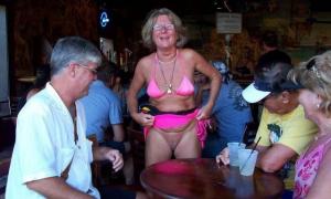 Бабуля показала своим друзьям в баре пизду фото