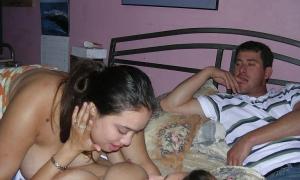 Две девушки в постели шалят а парень наблюдает фото