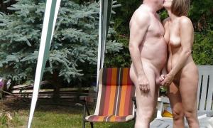 Двумя руками мужа нудиста держит за член фото