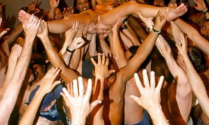 Голая девушка прыгнула со сцены в толпу фото