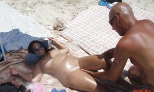 Мужик на пляже к голой девушке пристаёт