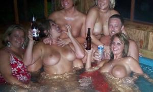 Мужик с голыми девушками в бассейне фото