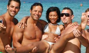 Мужики держат на руках девушку в микро-бикини фото