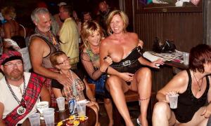 На групповой вечеринке жёны без трусов фото