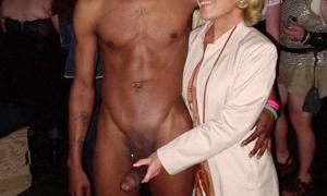 На вечеринке фото с голым негром у которого стоит фото