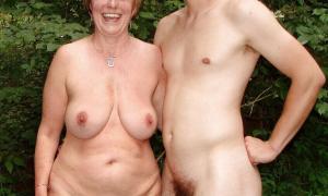 Обнажённая тётя с молодым парнем в кустах фото