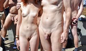Пара без одежды на публике среди голых мужиков фото