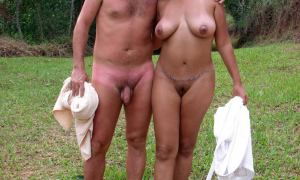 Пара сфоткалась голышём на природе фото