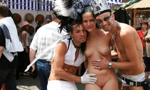 Парни на публике фоткаются с голой красоткой фото