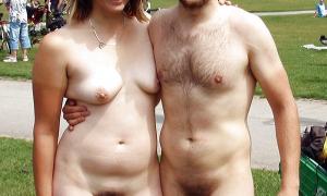 Парочка при всех голышём фото