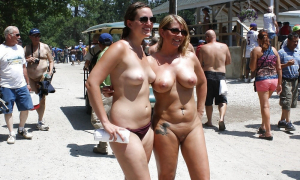 Сексуальные голые биксы на диком пляже фото