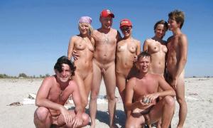 Толпа молодых нудистов фото
