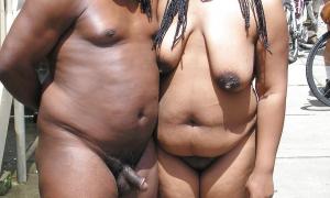 Толстая голая парочка негритосов на публике фото