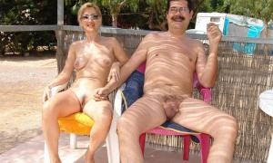 Усатый старикан без одежды со своей симпатичной женой фото